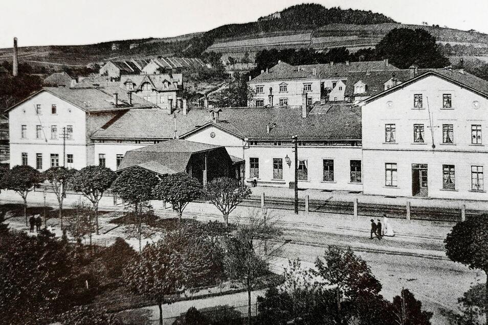 Der Bahnhof von Kamenz um 1895 mit Vorplatz und Lessingplatzanlagen. Im Hintergrund sieht man den Hutberg