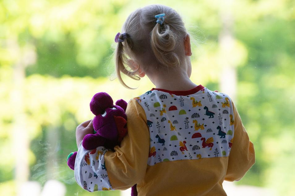 Zwei Kinder im Landkreis sind mit dem Corona-Virus infiziert, hat sich bei Tests ergeben.