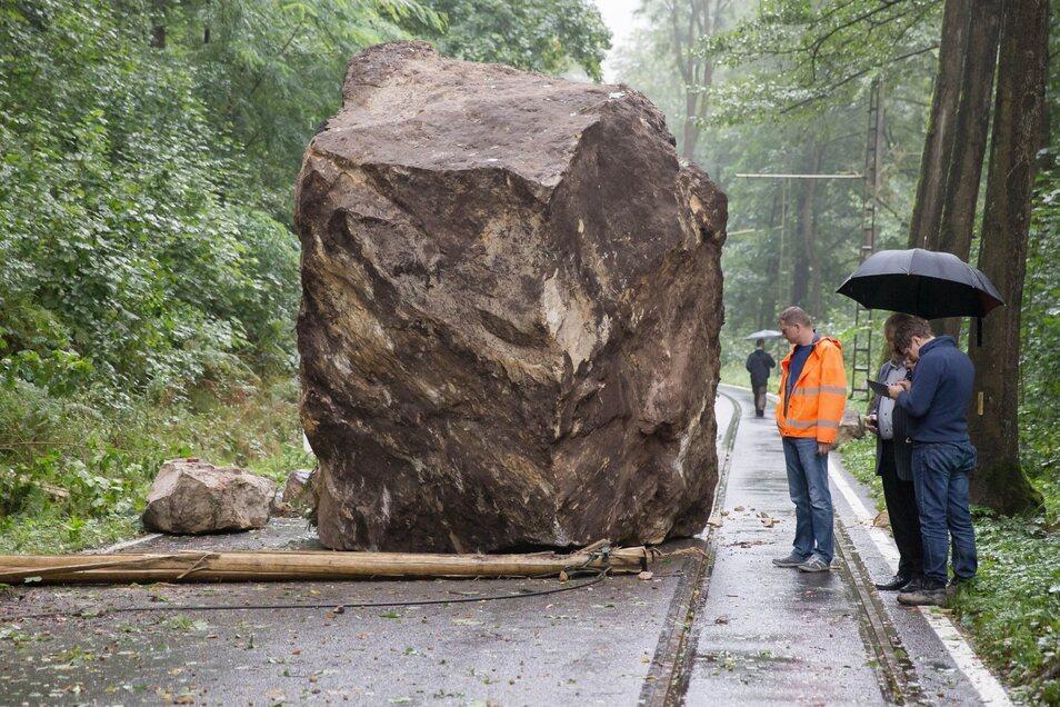 Straßenblockade: Einer der spektakulärsten Fesstürze der vergangenen Jahre ereignete sich am 2. September 2014. Damals fiel dieser Brocken auf die Straße im Kirnitzschtal.