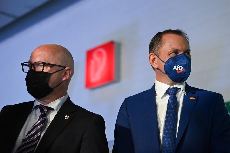 AfD-Bundessprecher Tino Chrupalla (r.) steht auf einer Wahlkampfveranstaltung in Magdeburg neben Oliver Kirchner (l), Spitzenkandidat der AfD für die Landtagswahl in Sachsen-Anhalt.