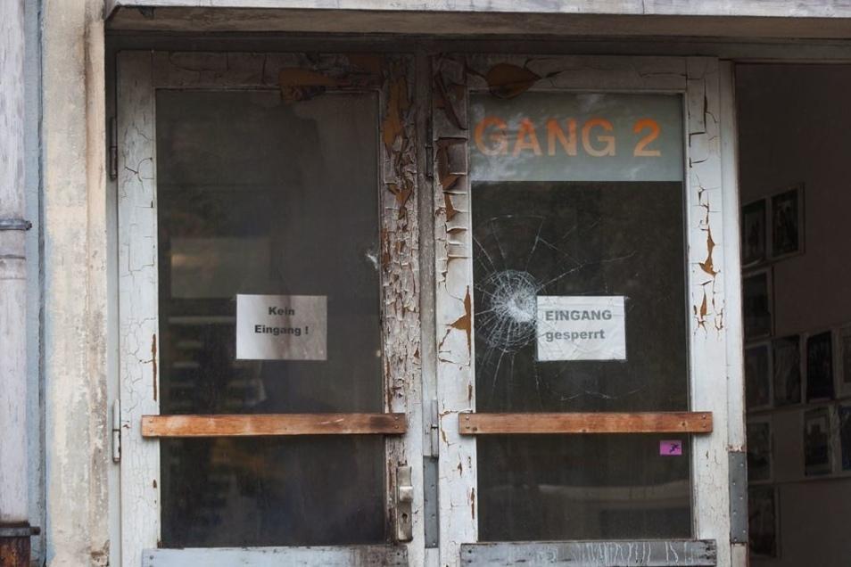 In die Schule Boxberger Straße 1/3, in der sich auch die 89. Grundschule befindet, sollten Flüchtlinge einziehen. In der Nacht zum 7. Oktober 2015 wurde ein Brandanschlag auf die Schule verübt.