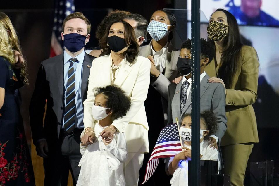 Kamala Harris steht mit ihrer Familie nach der Ansprache in Wilmington auf der Bühne.