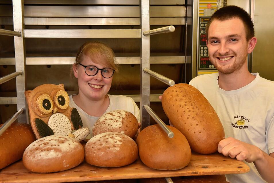Michelle Pöhlmann ist Sachsens beste Auszubildende im Bäckerhandwerk, hier mit ihrem Schaustück. Neben ihr steht ihr Lehrausbilder in der Schlottwitzer Bäckerei Tannenbaum-Degenkolbe, Bäckermeister Tom Rudolf.