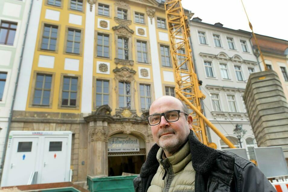 Der Görlitzer Architekt Christian Weise ist mit der Sanierung des Barockgebäudes Markt 9 in Zittau beauftragt. Auf der Marktseite sind inzwischen die Gerüste gefallen.