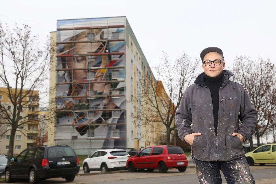 Der Maler Grigori Dor vor seinem Kunstwerk an einem Giebel in Nikopol.