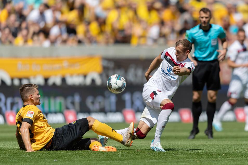Starkes Profi-Debüt: Verteidiger Kevin Ehlers (l.) von Dynamo Dresden zeigt sich abgeklärt und zweikampfstark - hier gegen den Nürnberger Lukas Jäger zu stoppen.