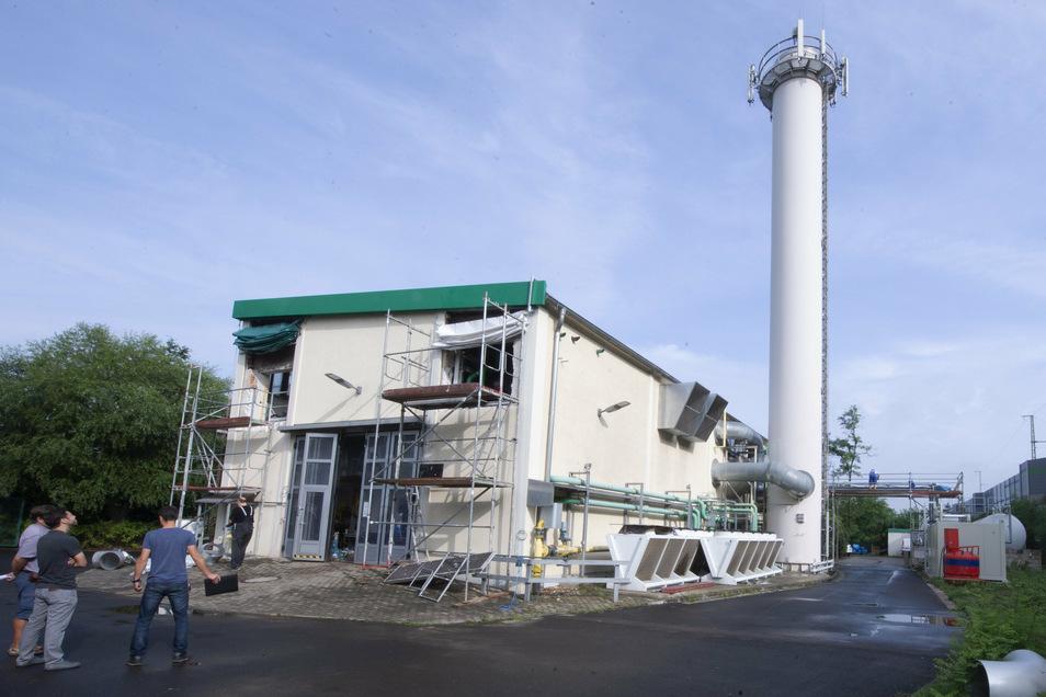 Das Blockheizkraftwerk wird von einem 28 Meter hohen Schornstein überragt – hier kommt modernste Technik zur Verringerung von Stickoxiden zum Einsatz.