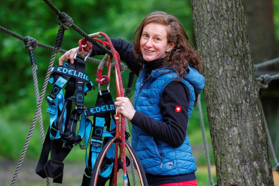 Sylvia Weidner und ihr Team vom Abenteuer-Kletterwald Zittauer Gebirge haben die Kletterausrüstung aus dem Winterlager geholt und sie am vergangenen Freitag für den Einsatz vorbereitet.