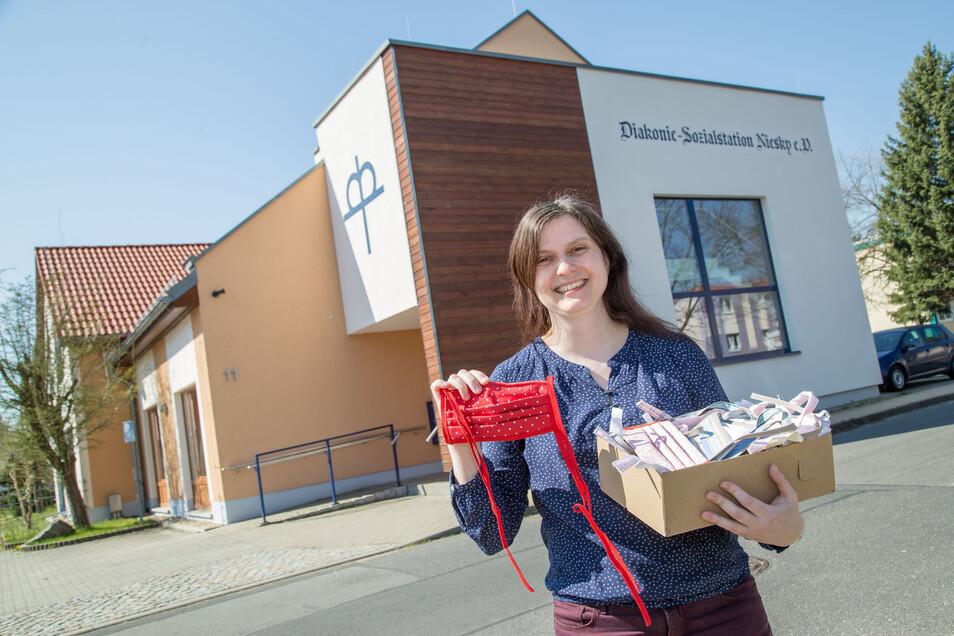 Maria Rackel, Geschäftsführerin der Diakonie Sozialstation in Niesky, zeigt eine Auswahl selbstgenähter Stoffmasken für die Mitarbeiter. Rund 500 sind nach einem Spendenaufruf zusammengekommen.