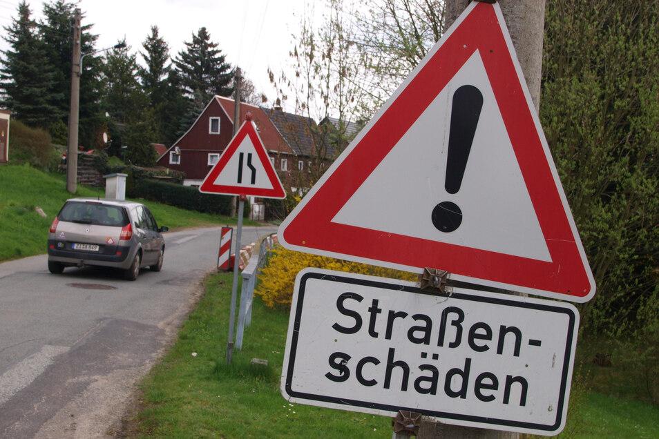 Dieses Bild aus dem Jahr 2016 zeigt es symptomatisch: Die Kreisstraße durch Berthelsdorf säumen rot-weiße Absperrungen fast überall im Ort.