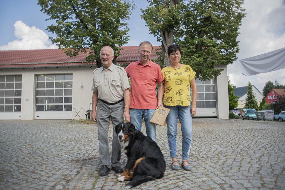 Seit 500 Jahren leben Hörnigs auf dem Areal an der heutigen Bandweberstraße im Osten von Großröhrsdorf. Heute sind es Christian Hörnig (l.) in 12. Generation, Sohn Gerd und seine Frau Birgit. Die Linden prägten schon vor rund 100 Jahren das Bild.