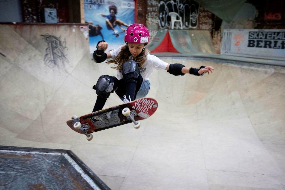 Die damals elfjährige Lilly Stoephasius trainiert in der Skateboardhalle Berlin.