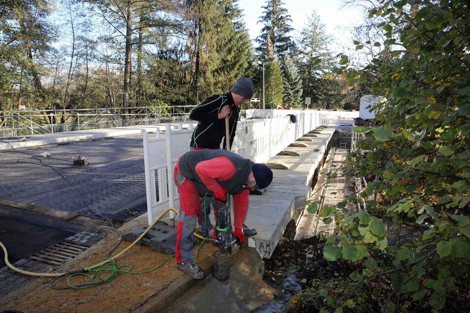 Rene Hohlfeld und Azubi Louis Montag von der Firma Straßen und Tiefbau Sebnitz bohrten Mitte November Löcher für die Befestigung des Geländers auf der Baderbrücke.