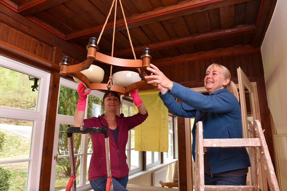 Katrin (li.) und Franka Bleschke stehen später in der Küche, jetzt helfen sie beim Einräumen.