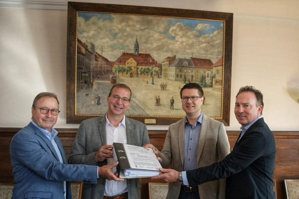 Döbelns Oberbürgermeister Sven Liebhauser (CDU/2.v.r.) hat am Dienstag Holger Gritzka (2.vl.),  Ulrich Ernst (l.) und Christoph von Aesch von der Firma Blackstone die Betriebserlaubnis für das Döbelner Werk übergeben.