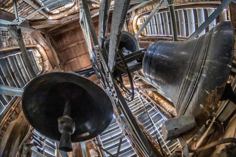 Über drei Tonnen Glocken-Gewicht hängen an dem vernieteten Glockenstuhl der evangelischen Kirche der Brüdergemeine in Niesky. Das Läuten über Jahrzehnte hat seine Spuren hinterlassen und das Stahlgerüst in seiner Befestigung gelockert.