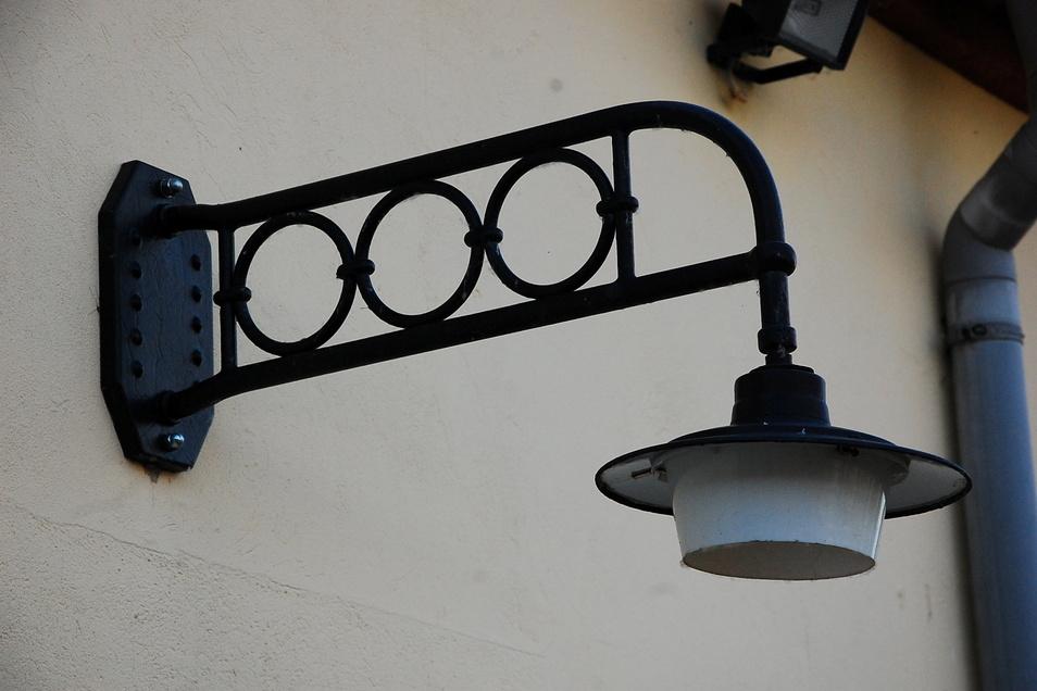 Ein bisschen Flair aus einer vergangenen Zeit verbreitet auch diese Lampe am Vereinsheim.