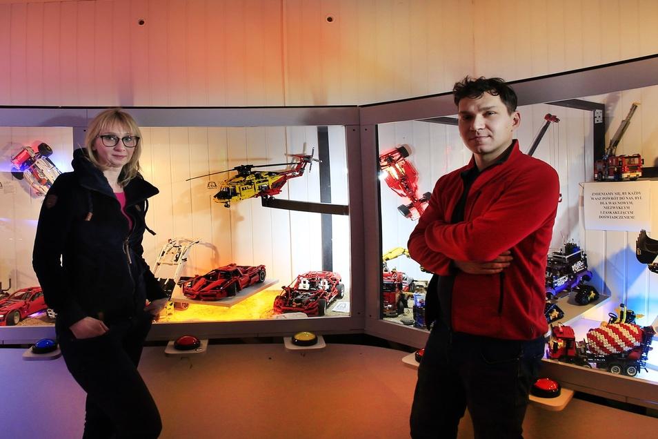 Magda und Bartosz Lewaszkiewicz betreiben das Muzeum Klocków, in dem sich alles um Lego dreht. Auch viele Fahrzeuge werden aus den Steinen gebaut.