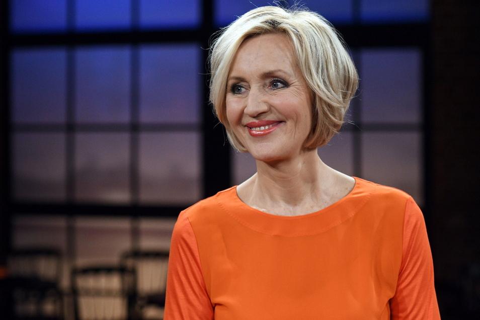 ZDF-Moderatorin Petra Gerster in einem Fernsehstudio