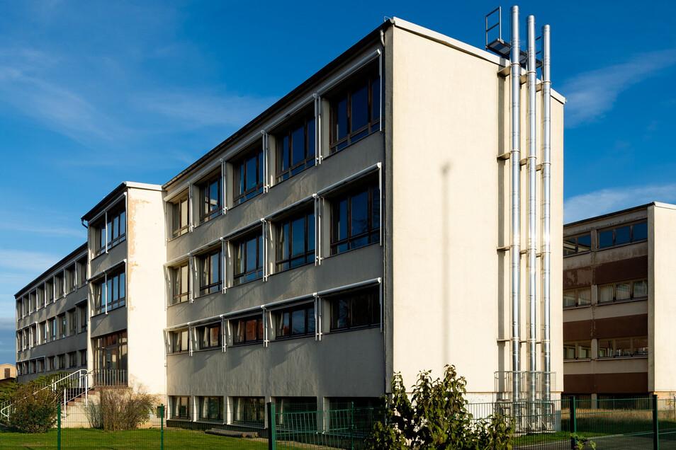 Die ehemalige Mittelschule in Arnsdorf wurde 2005 geschlossen. Seitdem steht sie größtenteils leer. Eltern sind für einen Einzug der neuen Oberschule in das Gebäude, freilich erst nach einer Sanierung.
