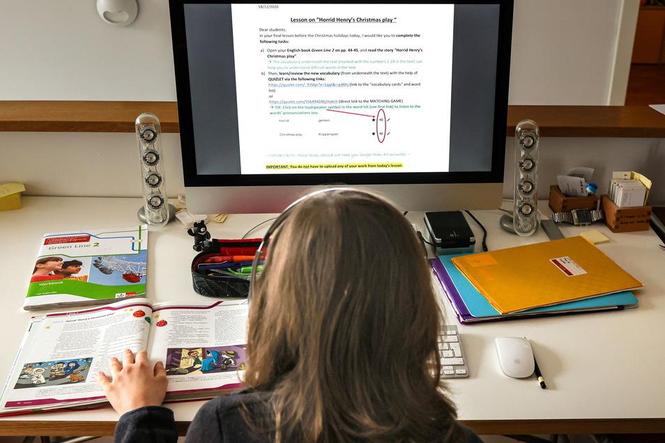 Ein zwölfjähriger Gymnasiast löst am Computer in seinem Zuhause seine Schulaufgaben. Kommunen fordern schnell mehr Unterstützung für Kinder in der Corona-Pandemie.