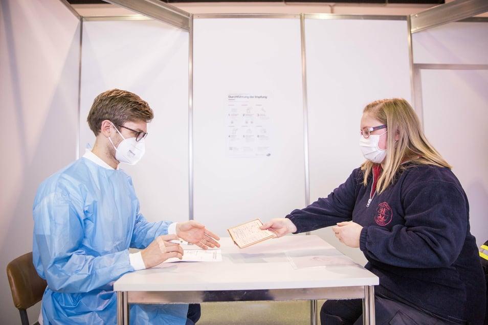 Arzt Jan Matschke prüft in einer der Kabinen, ob Babette Steffen geimpft werden darf. Wichtig: Wer einen Impfausweis hat, sollte diesen mitbringen.