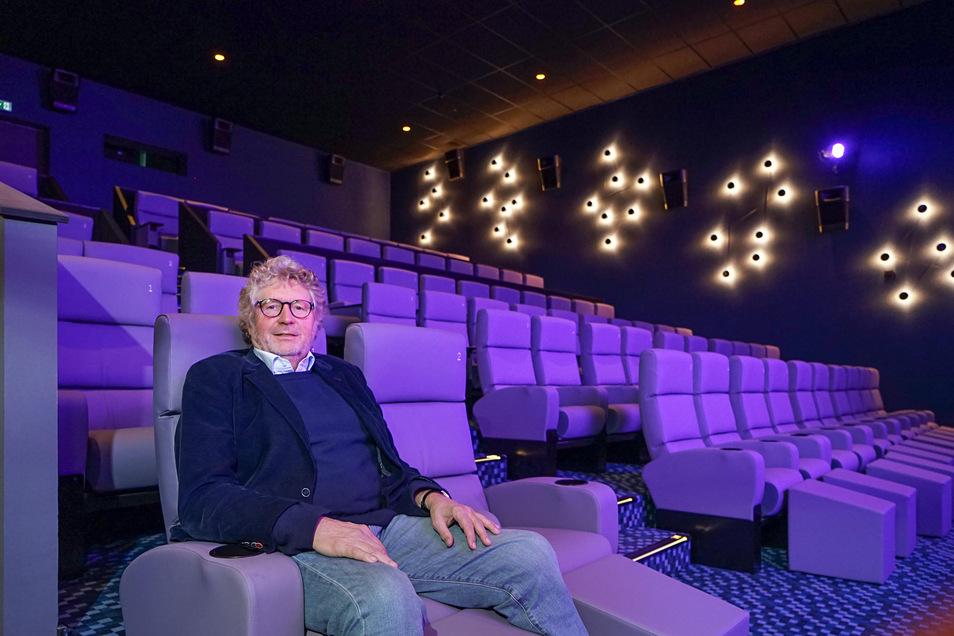 Das Bautzener Kino öffnet am Mittwoch wieder für Besucher. Dann können wegen der Abstandsregeln allerdings auch im Saal 7, in dem Filmpalast-Inhaber Heiner Kieft hier sitzt, nicht alle Sessel belegt werden.