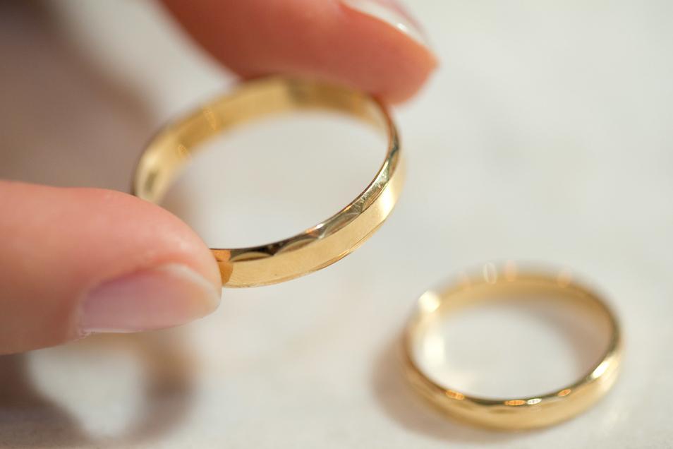 Zwei zu einem Ring verschweißte Eheringe sind jetzt auf dem Kaufland-Parkplatz verloren gegangen. Sie werden gesucht, da sie ein emotionales Andenken sind.