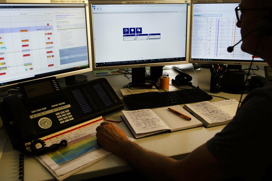 Ein Dispatcher im Auftragszentrum der Enso Netz in Großenhain.