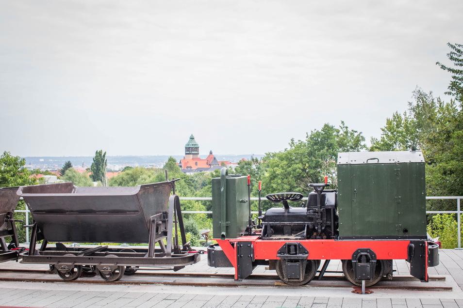 Am Aussichtspunkt an der Passauer Straße können Besucher nicht nur den Blick über Dresden genießen, sondern nun auch eine kleine Lok mit zwei Loren bestaunen.