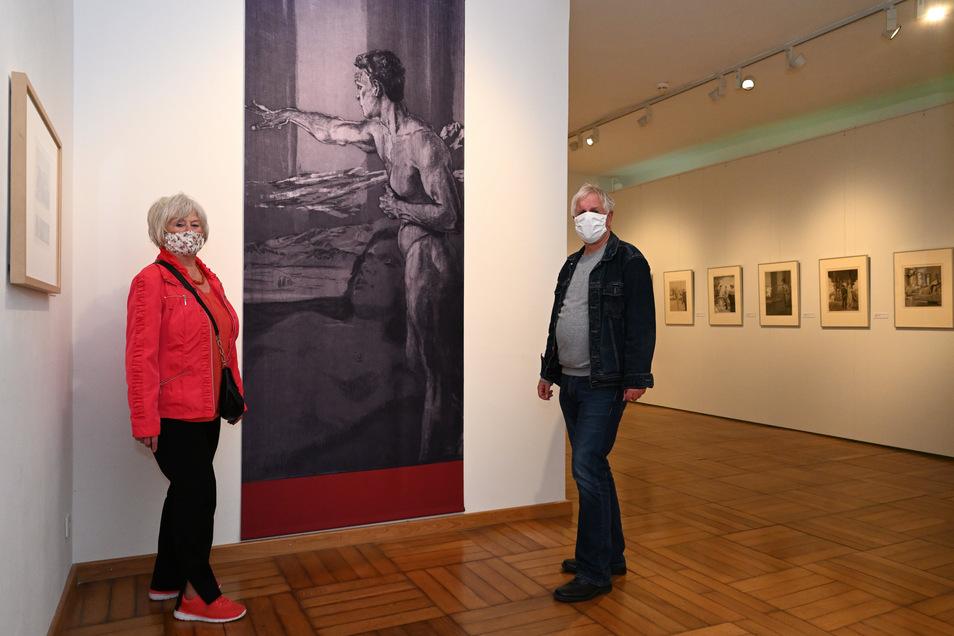 Direktor Rolf Günther und Besucherin Annette Saby aus Dresden mit Mund-Nasen-Schutz und gehörigem Abstand zueinander in der Max-Klinger-Ausstellung.
