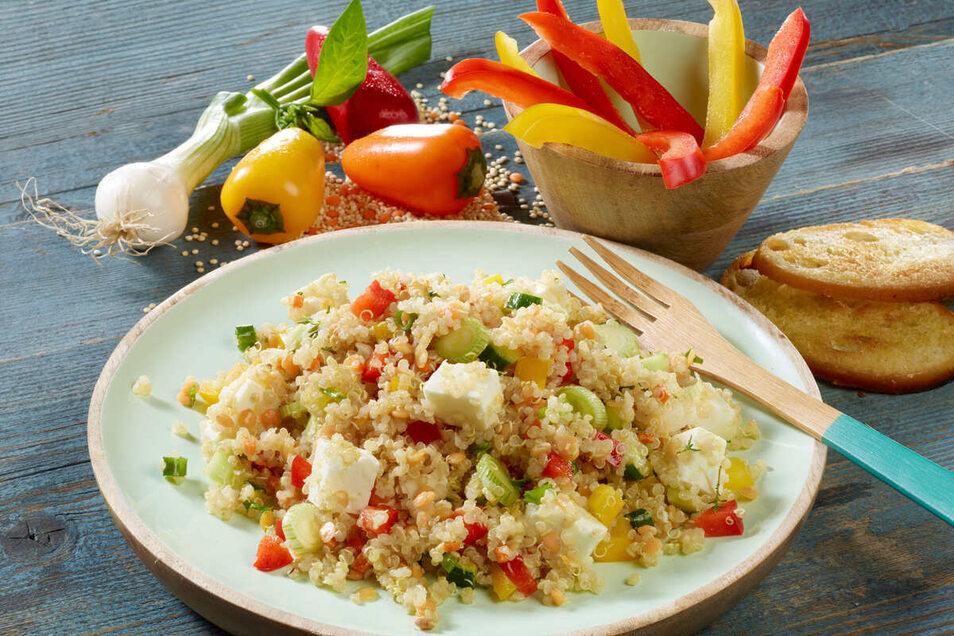 Der Quinoasalat bringt Abwechslung in den Speiseplan. Viel frisches Gemüse und ein gutes Öl mit ungesättigten Fettsäuren machen ihn besonders wertvoll.