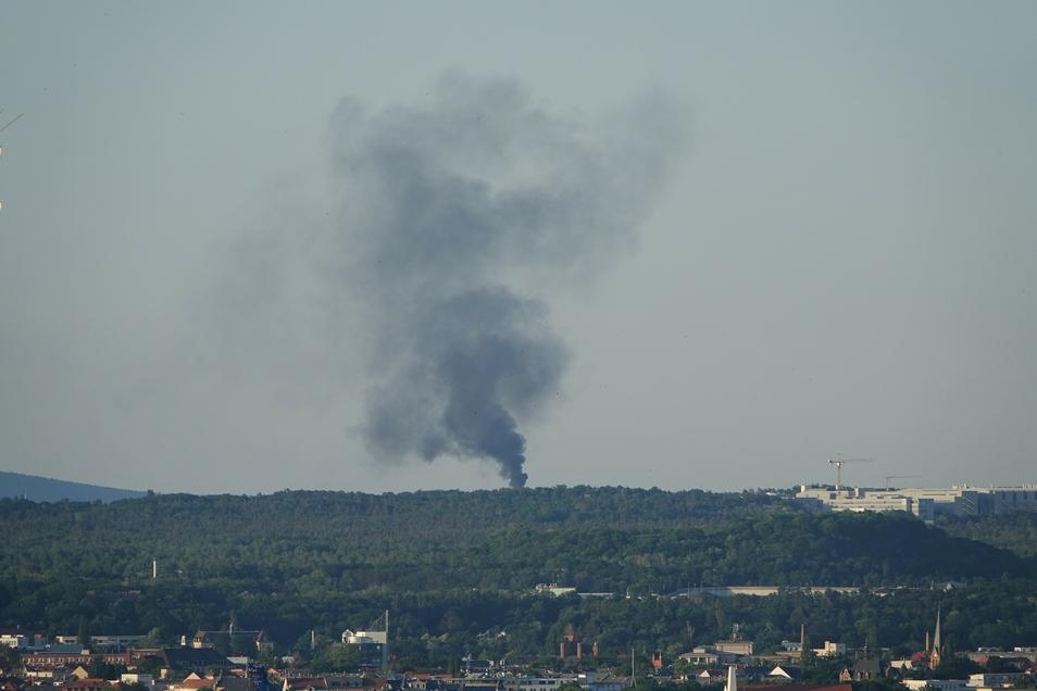 Die meterhohe Rauchsäule in Langebrück war am Mittwochabend schon von Weitem zu sehen.