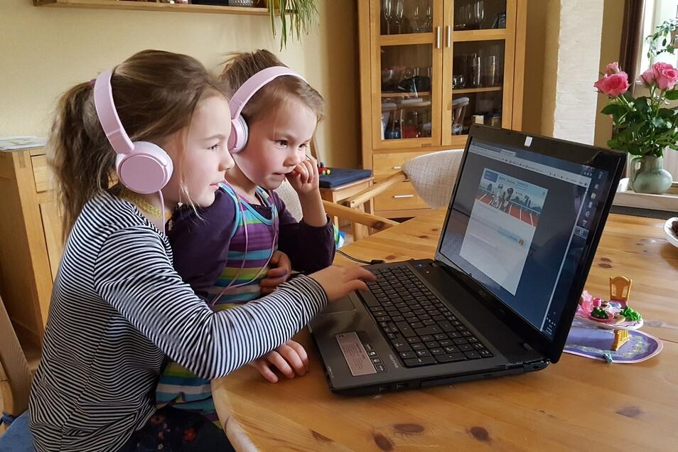 """Mara aus der 2. Klasse mit ihrer kleinen Schwester aus der """"Eichhörnchengruppe"""" der Kita bei ihrer Lieblingsbeschäftigung """"Zahlenzorro""""."""