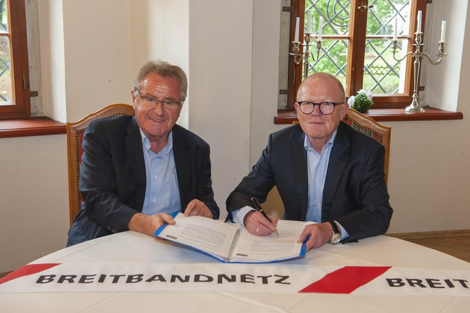 Breitband-Internet kommt nach Schönfeld. Der Geschäftsführer der Enso Netz Wolfgang Jäger (r.) und Bürgermeister Hans-Joachim Weigel beim Vertragsabschluss im Traumschloss.