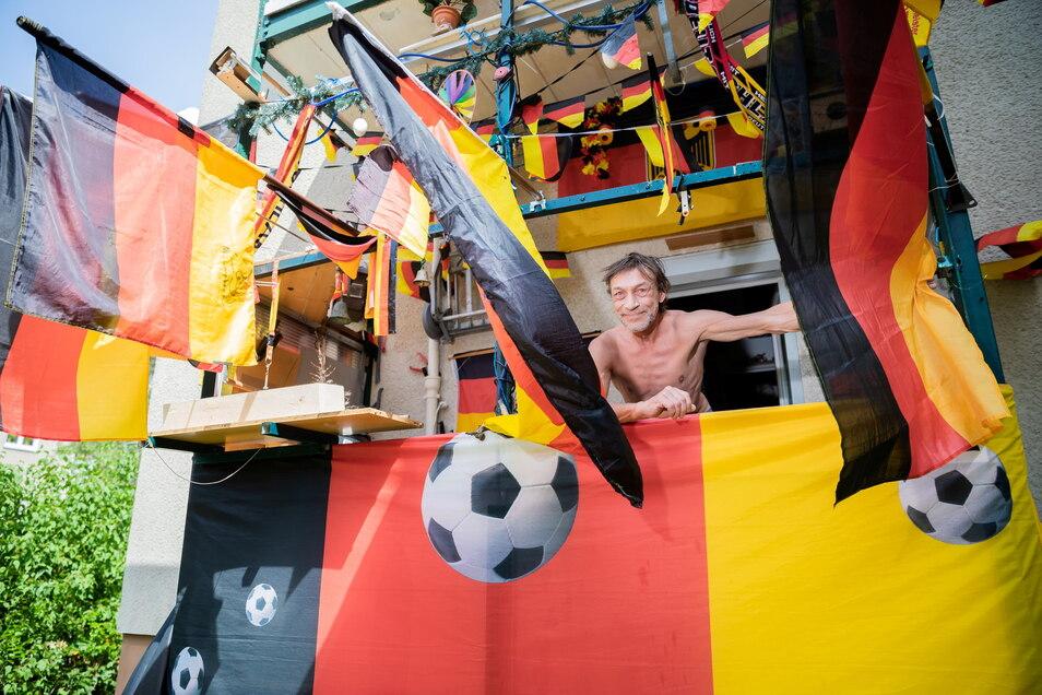 Schwarz-Rot-Gold: Dieser Berliner ist voll im Fußballfieber.