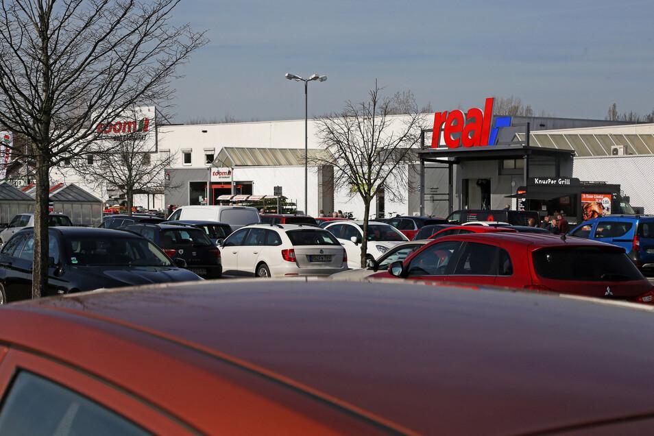 Auf dem Parkplatz vor Real und Toom im Riesapark war am Montag einiges los.