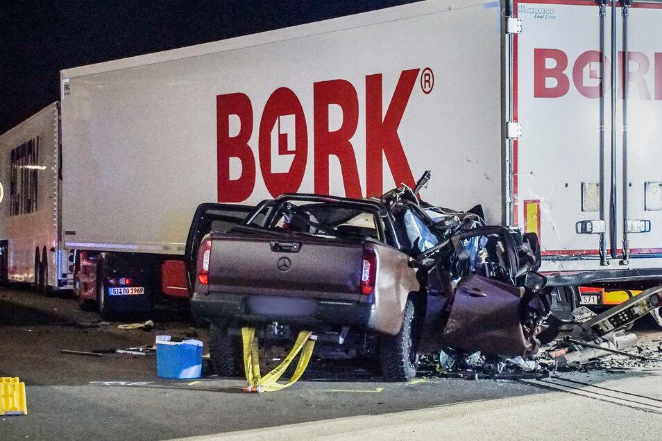 Auf dem Autobahnparkplatz in der Nähe von Sindelfingen raste das Auto ungebremst in einen Sattelzug. Bei dem Unfall starben TV-Darsteller Ingo Kantorek (44) und seine Frau (48).