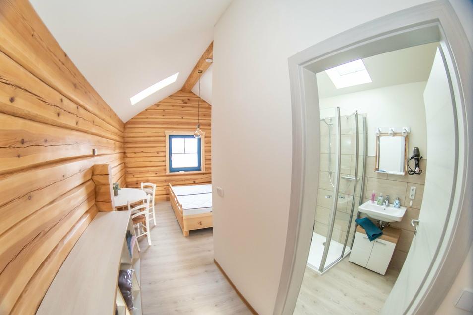 Die Ferienzimmer und -Wohnungen sind alle mit Bädern einschließlich Dusche ausgestattet. Eine Fußbodenheizung sorgt für angenehme und gleichmäßige Wärme.