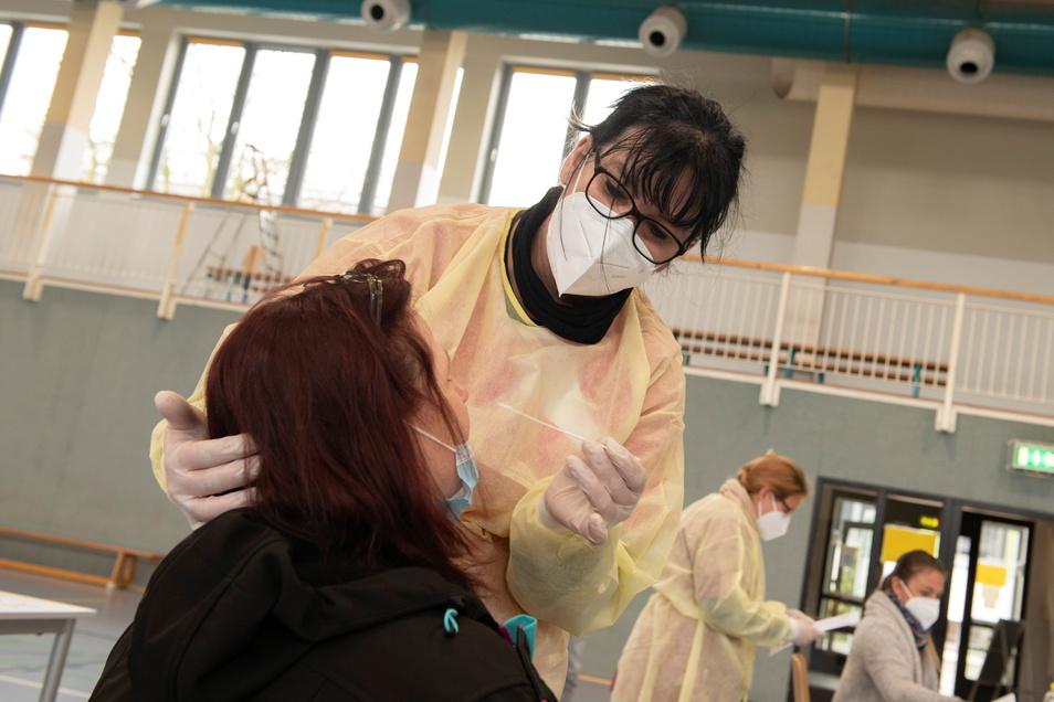 Anke Vieregge, stellvertretende Pflegedienstleiterin, gehörte zum vierköpfigen Team, das am Sonnabend 57 Personen einen Schnelltest abnahm. Alle Ergebnisse waren negativ.