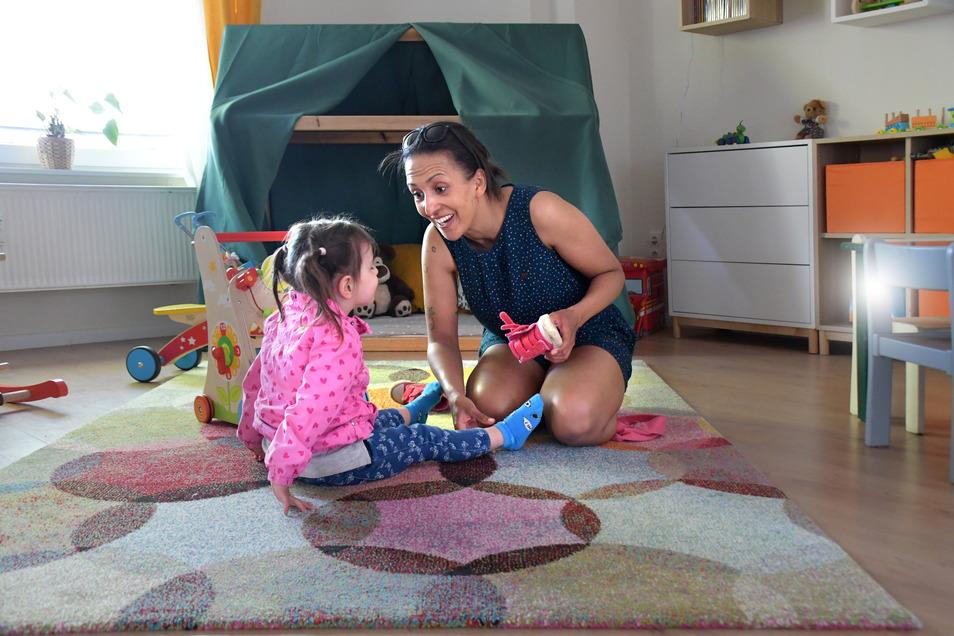 Viel mehr als nur Sicherheit geben: Pädagogin Patricia Träber spielt im Kinderhaus Wolkenstein mit der dreijährigen Jasmin.