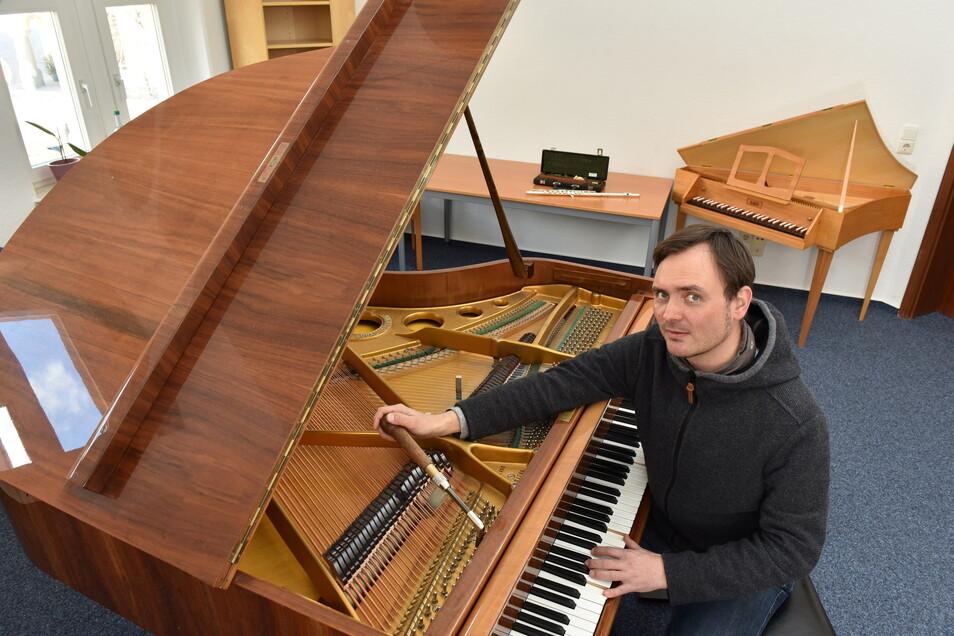 Klavierbauer Michael Süß stimmt den Flügel der Kunst- und Musikschule Dippoldiswalde, nachdem diese in ihre neuen Räume im Schulgäßchen eingezogen ist.