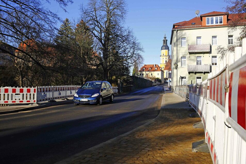 Autos können wieder über die Baderbrücke in Königsbrück rollen. Seit Donnerstag ist die Straße ins Zentrum wieder frei.