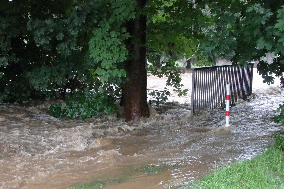 In Neukirch ist es am späten Sonnabendnachmittag zu Überschwemmungen an der Wesenitz gekommen.