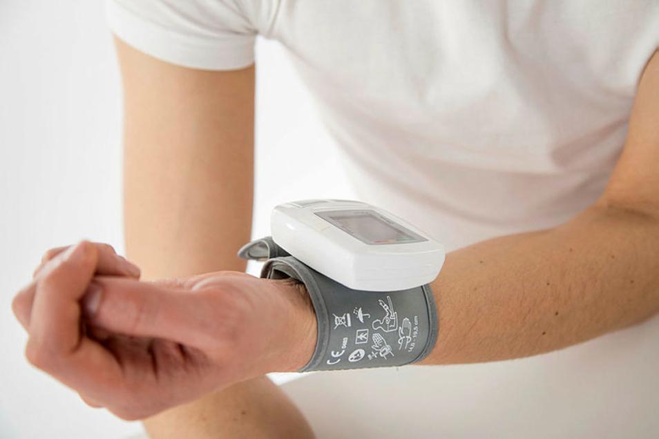Am besten entspannt: Messen sollte man den Blutdruck erst, wenn man mindestens fünf Minuten ruhig gesessen hat.