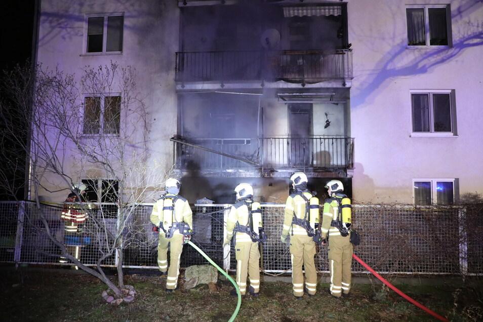 Die Feuerwehr im Einsatz auf der Lübecker Straße. Dort brannte zunächst eine Hollywoodschaukel.