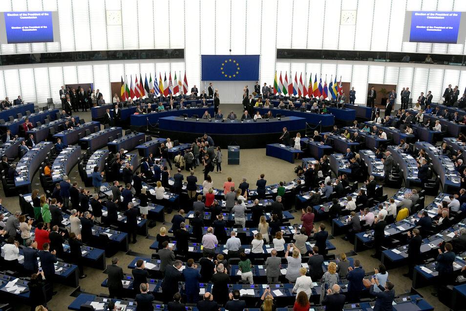 Die EU-Abgeordneten gratulieren Ursula von der Leyen (Mitte l.) zu ihrer Wahl.