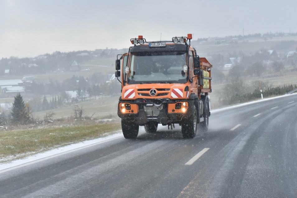 Ein erstes Stelldichein gab sich am Freitag der Winter in Altenberg. Am Nachmittag fielen bei Temperaturen um null Grad Flocken vom Himmel. Allerdings reichte die weiße Pracht nur für eine dünne Schneedecke.