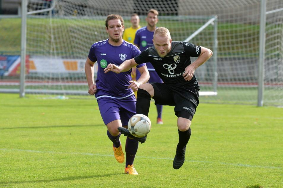 Im Oktober vergangenen Jahres setzten sich die Freitaler, hier mit Steve Müller am Ball, gegen Pirna-Copitz (in violett) mit 3:1 durch. Es könnte für den SCF das vorerst letzte Kreisderby im Ligabetrieb gewesen sein.