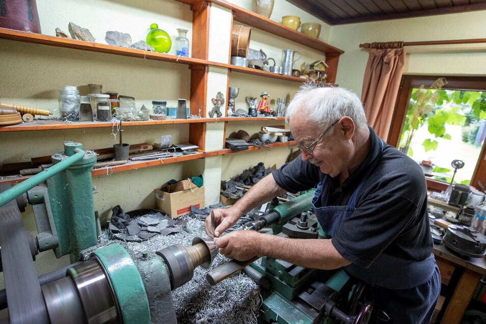 Zinngießermeister Wolfgang Grahl aus Liebethal fertigt in seiner Werkstatt einen Kerzenleuchter.
